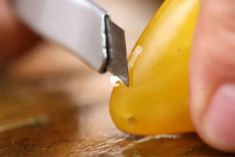 通过硬度刀刮法鉴定鉴别琥珀真假