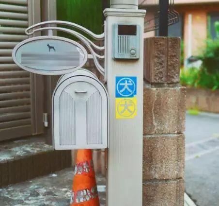在日本,很多车子上贴着狗狗的标识,原来是这个原因