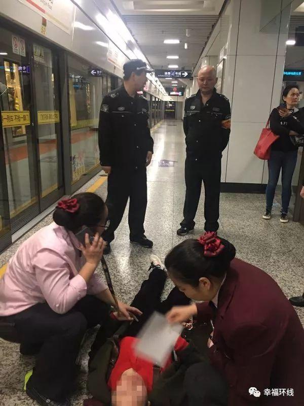 【地铁正能量】孕妇晕倒站台 车站暖心救助-雪花新闻