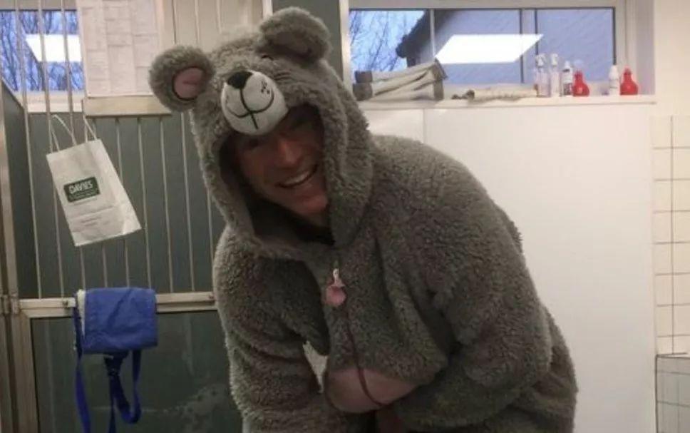 斑点狗不喜欢陌生人碰它,兽医穿上了它最喜欢的睡衣