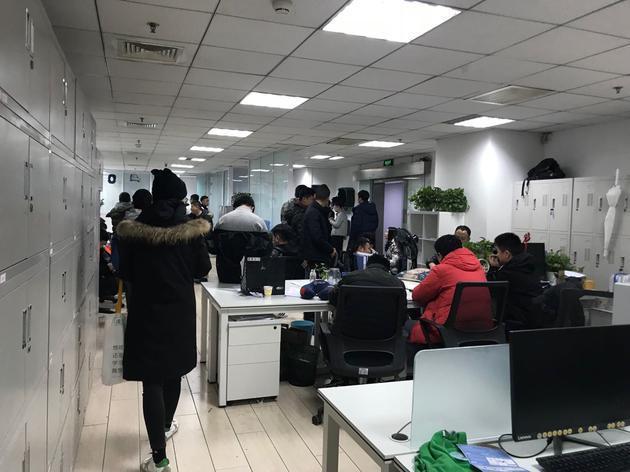 砸办公室搬电脑还围堵CEO:途歌上演讨债大作战的照片 - 3