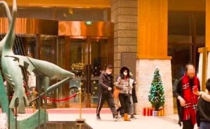 刘强东事件无影响?滑雪过圣诞节后章泽天又深夜k歌的照片 - 4