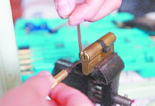 挖耳勺开锁工具