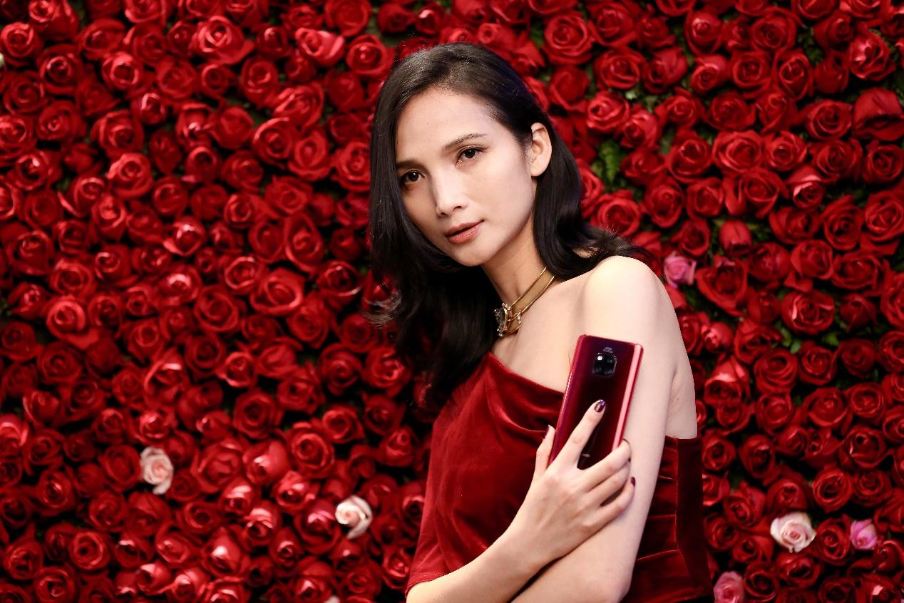 全新解读女性双面特质 华为Mate20 Pro红蓝新色引爆时尚界!