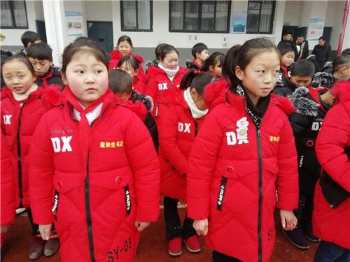 梁和生为重庆巫山百名儿童捐羽绒服