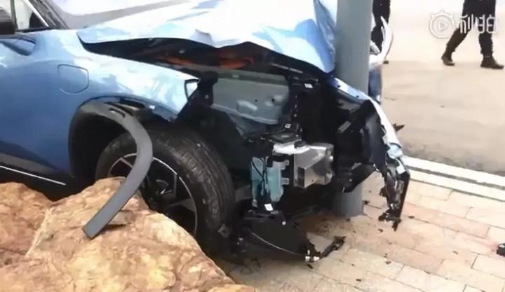 蔚来ES8撞石头安全气囊全爆 被动安全引质疑的照片 - 7