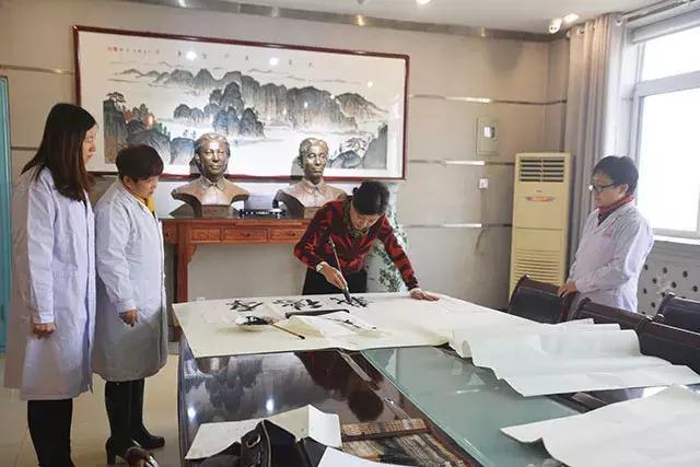 """德艺双馨 书法家韩宁宁腊八节在山西为结核病患者""""送福"""""""