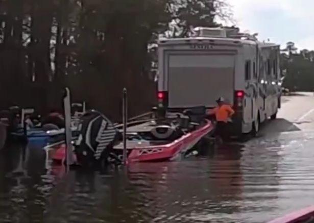 车里的狗狗误踩了倒挡,价值百万的房车被狗子开进湖里