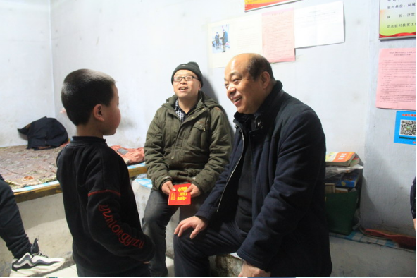 双城区副区长刘玉斌同志在春节前深入乡镇慰问贫困党员、扶贫对象等贫困户