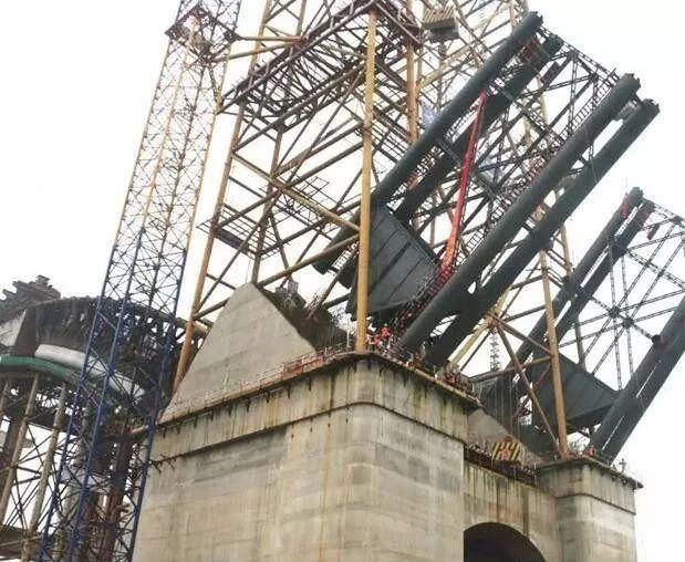 世界最大主跨径飞燕式系杆拱桥成功吊装首节主拱
