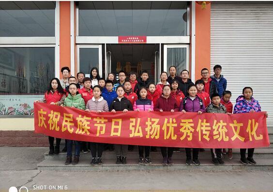 山西繁峙县志愿者协会组织忻州师院附中290班繁峙的同学制作刺绣书签