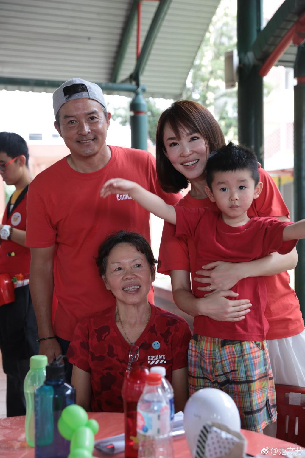 范文芳儿子扮小狮子接机李铭顺 超级幸福的一家人