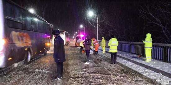 响水公路:连夜奋战除冰扫雪保安畅