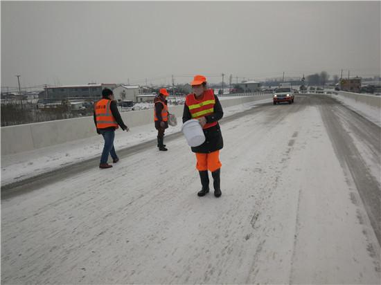 盐都区公路站撒溶雪剂除冰保畅通