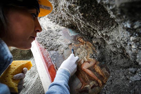 龐貝古城發現希臘神話美少年濕壁畫
