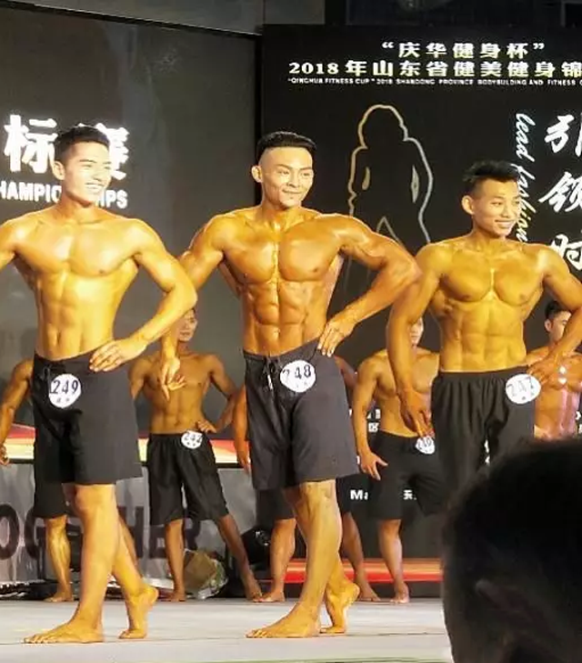 """""""庆华健身杯""""2018年山东省健美健身锦标赛 我右边站的选手是全国健体冠军 也是567GO签约健体导师艾波"""