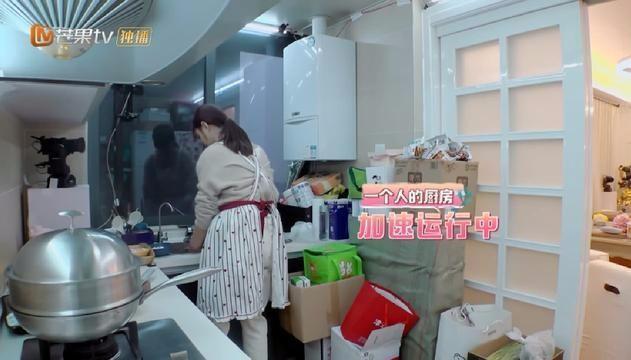 李晨与范冰冰外出购物,全程帮女友拿包?网友:赶紧造人吧!