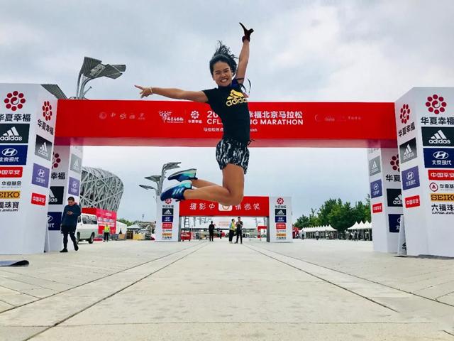 2018年9月16日7点幸运的登上了北京马拉松的热身高台