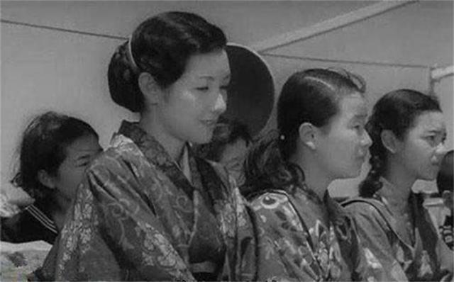 慰安妇正在慰安日军士兵,突然闯进来一名将军,场面好尴尬_作业