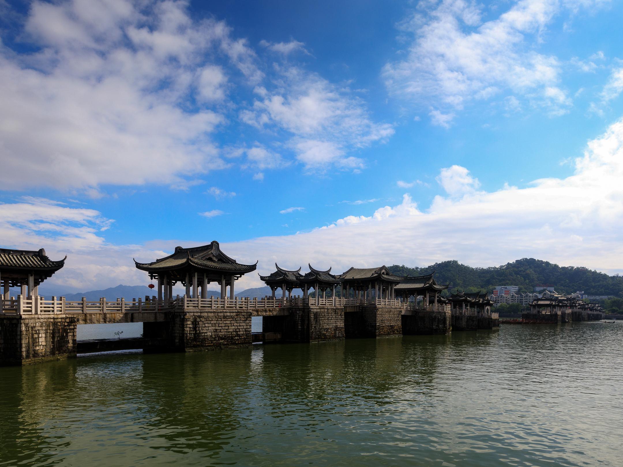 中国结构最独特的古桥,中间由木船链接,如今成为国内知名景区