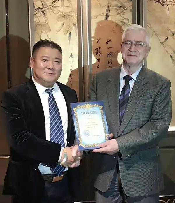 董铁棍受乌克兰驻华大使焦明先生颁发乌克兰大使荣誉证书