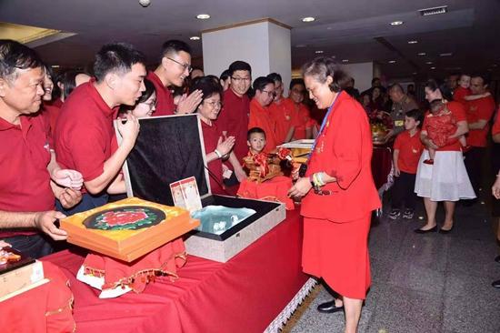 李震青瓷作品《万象更新》被泰国公主视频主播在线