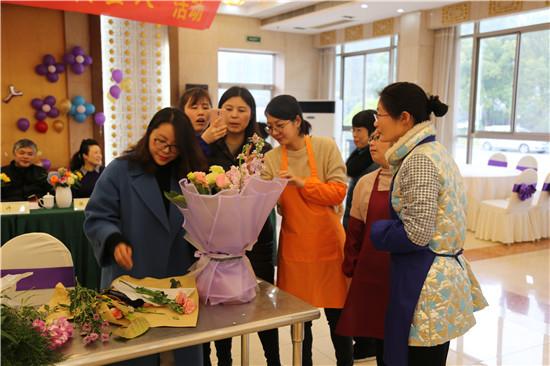 """盐城市公路处举办""""花香三月庆三八""""妇女节插花比赛活动"""