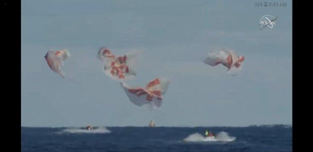 SpaceX载人版龙飞船成功返回地球的照片 - 2