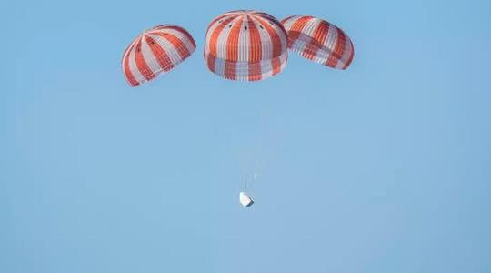 SpaceX载人版龙飞船成功返回地球的照片 - 4