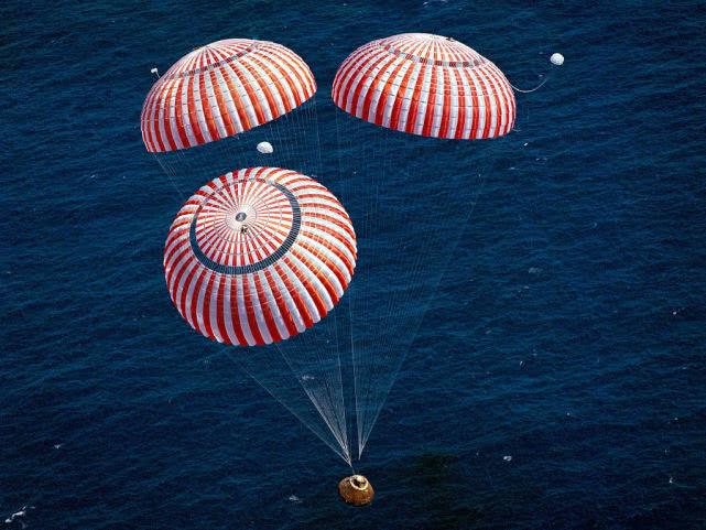 SpaceX载人版龙飞船成功返回地球的照片 - 5