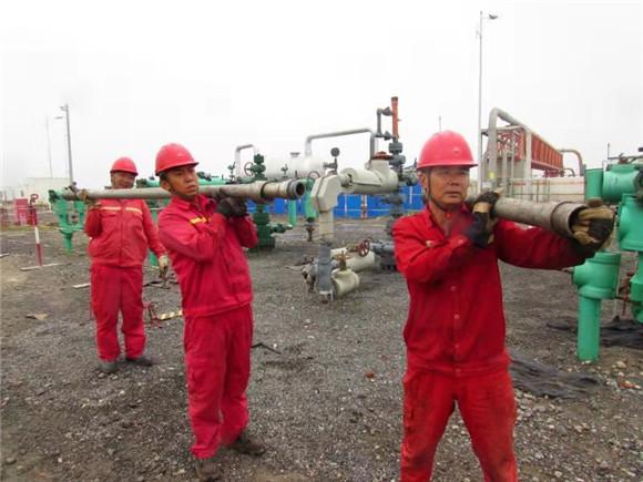 唐山冀东油田公司党员亮身份当先锋