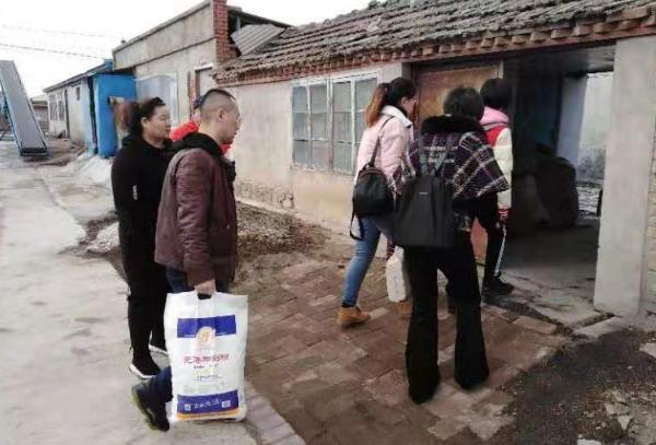 佳木斯市爱心飞翔公益团队携手丰登社区为火灾村民捐助爱心衣物