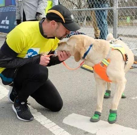三只导盲犬助盲人小哥圆梦,成功的跑完了21公里的半马