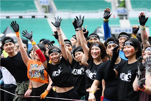 中国大陆首场斯巴达勇士体育场赛亮相广州 近5000名潮男潮女变身勇士挑战自我