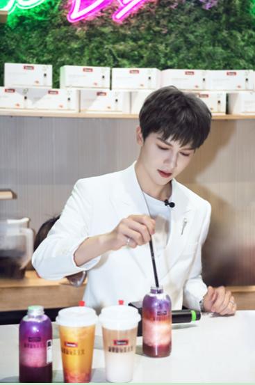 朱正廷新动作:最近他去一家网红养生奶茶店上班了?!