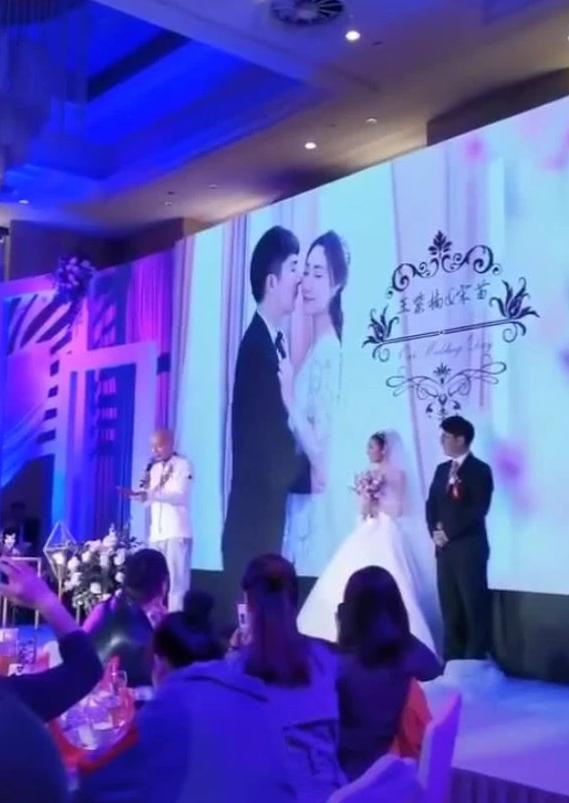 葛优出席亲戚婚礼担任证婚人 网友:这亲戚好实在
