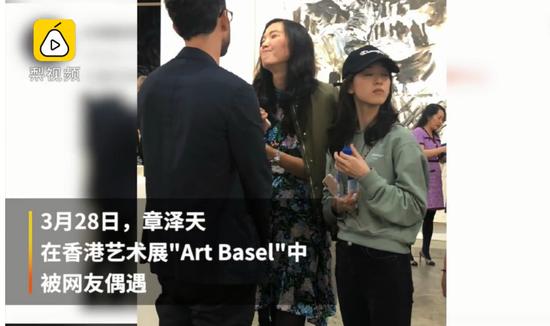 章泽天辟谣离婚后首次露面:现身香港 手上似未戴婚戒的照片 - 3