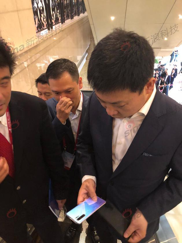 余承东变身推销员 向马化腾介绍Mate X手机的照片 - 4