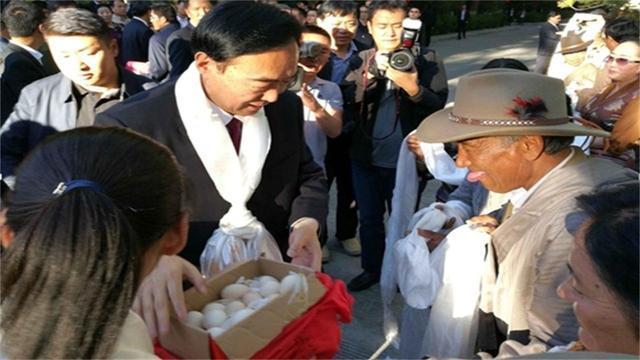 在西藏旅游,看到人对你吐舌头,千万不要生气,这是在尊敬你!