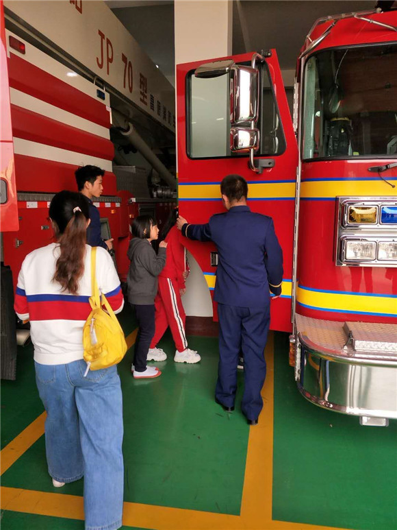 唐山市路北区西缸窑第二小学三名学生自发慰问消防支队官兵