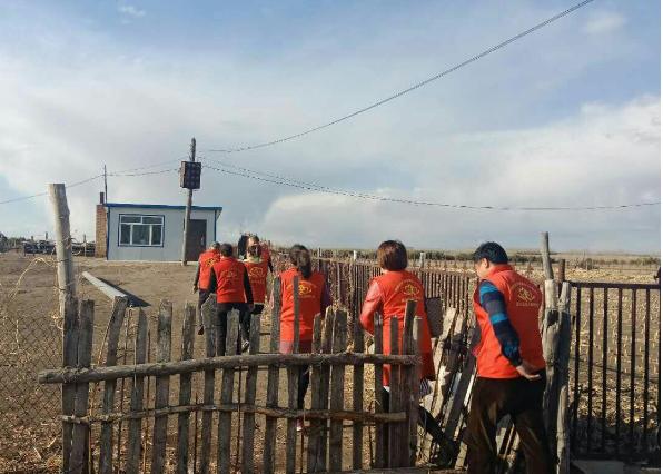 拜泉县爱心公益志愿者协会志愿者走访复查6户贫困家庭