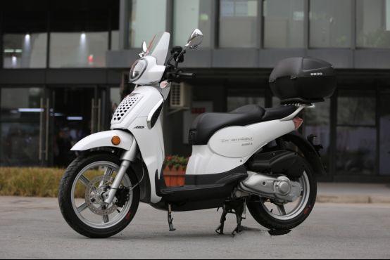 欧系复古多功能踏板车:试驾新款提拉米苏200