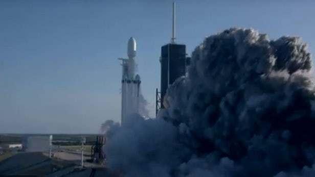 """SpaceX首次成功回收""""重型猎鹰""""火箭所有三个助推器的照片 - 3"""