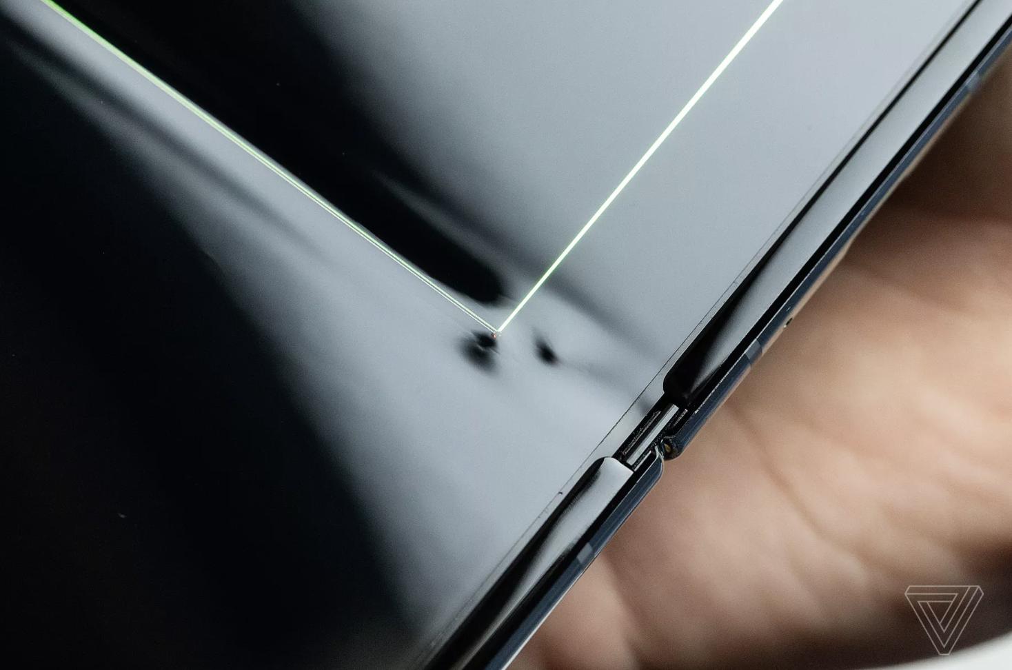 媒体:三星折叠屏手机测评用了一天屏幕破了