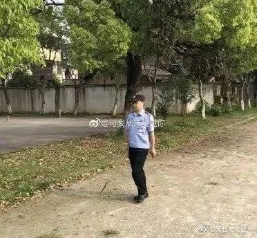 金毛因思念主人跑去学校却惨遭毒手!学校的做法让人心寒