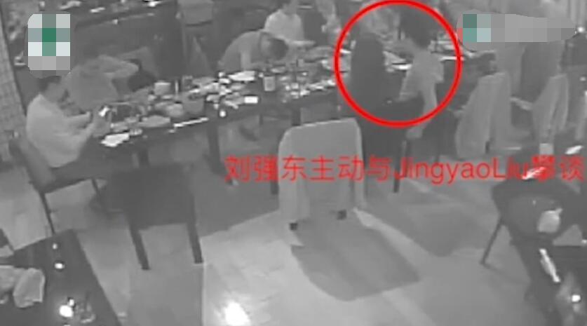 女方发视频反击:三小时饭局都挨着刘强东的照片 - 2