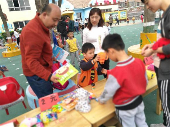 """德孝中华周刊:河北任丘花园里幼儿园举办""""转手遇到爱""""大型义卖活动"""