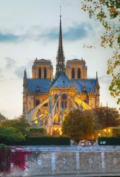 才想 左右微  巴黎圣母院大火,余生不长别等别遗憾!