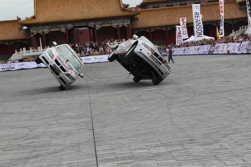 High爆!现代酷炫汽摩特技与中国古典建筑的大碰撞