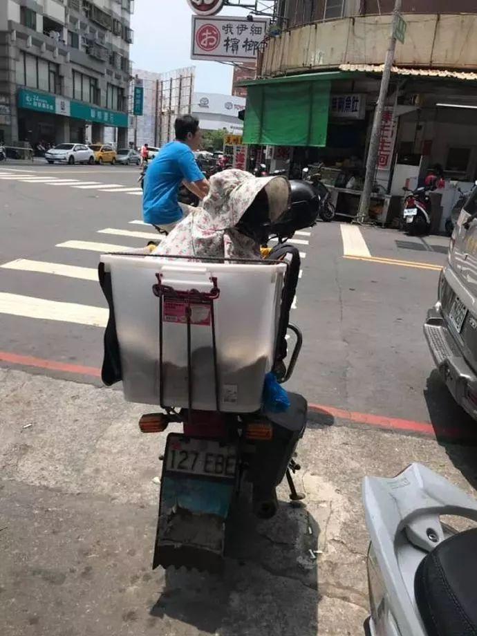 摩托车上的一幕让人感到疑惑,走近后才发现是一只汪星人
